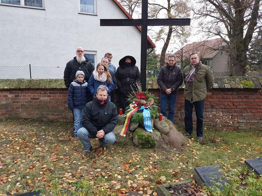 Zum Gedenken an die gefallenen deutschen Soldaten legte der AfD Ortsverband Werneuchen am Volkstrauertag auf dem Soldatenfriedhof in Seefeld einen Kranz nieder.