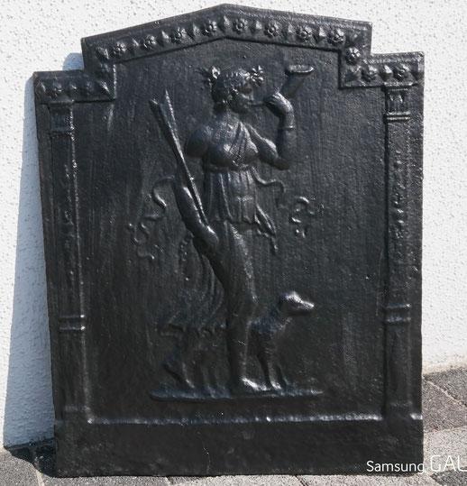 Bild: Mehrfach lackierte Kaminplatte: Diana mit Jagdhorn und Hund