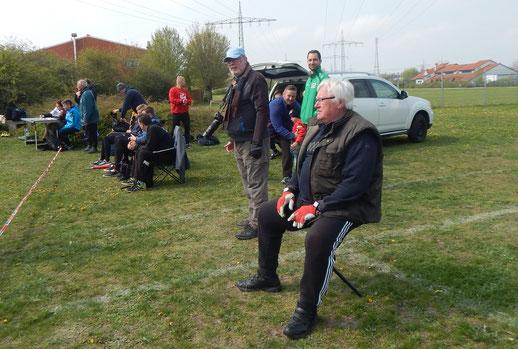 """Im Vordergrzbd Helmut Zimmermann, einer der Phoenixtrainer. Dahinter stehend, der """"Phoenix-Hoffotograf"""" Ed Gref."""