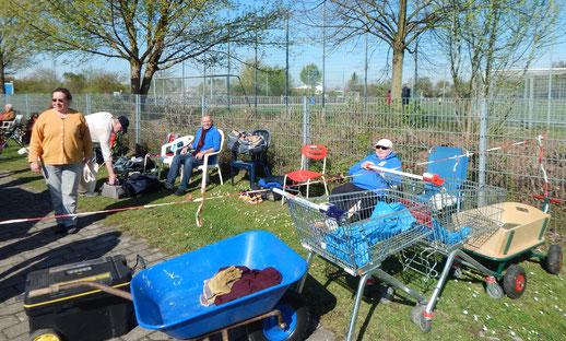 Frühmorgens, nach dem Ende der Wettkampfvorbereitungen. Einige Helfer liegen ermattet in ihren Stühlen.