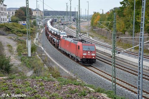 185 348-0 bringt am 7. Oktober 2014 einen Autozug nach Mosel bei Zwickau. Hier durchfährt die Fuhre Chemnitz Hbf.