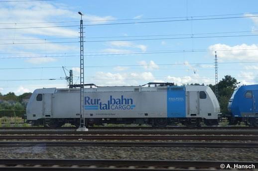 Aus dem Zug heraus gelang am 16. August 2014 dieses Seitenprofil von 185 684-8. Sie stand mit ein paar anderen Lokomotiven in Pirna kurz vorm Hbf. abgestellt
