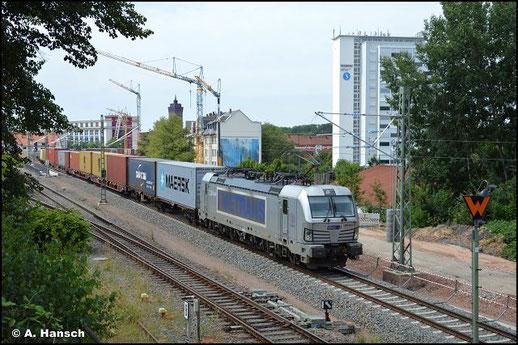 Am 25. Juli 2021 zieht 383 404-1 einen Containerzug durch Chemnitz-Süd gen Riesa