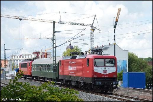 """Als Wagenlok ist 112 139-1 am 06. August 2021 gen Zwickau unterwegs. Die DB rief vor einiger Zeit die Sparte """"DB Gebrauchtzug"""" ins Leben und lackierte im Zuge dessen einige Loks in historischen Farbvarianten"""