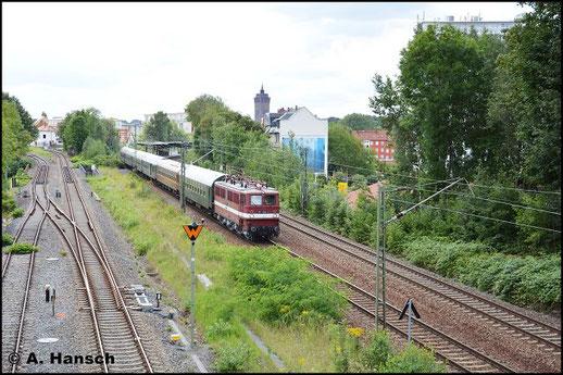 Am 11. August 2016 zieht 109 030-7 (EGP 211 030-2) eine Wagenüberführung von Ilmenau nach Niederwiesa. Bei der Ausfahrt aus Chemnitz Südbahnhof passte ich die Fuhre ab