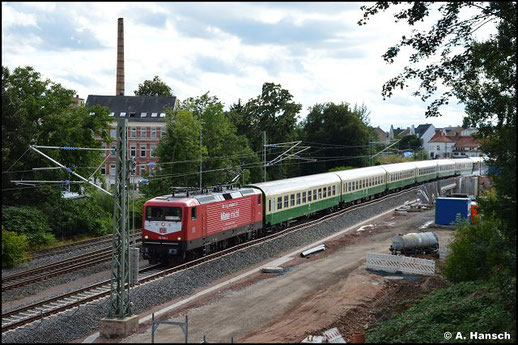 Am Abend war die orientrote Lok dann an der Zugspitze zu sehen. Es wurden Reisezugwagen nach Leipzig-Plagwitz für eine Sonderfahrt überführt