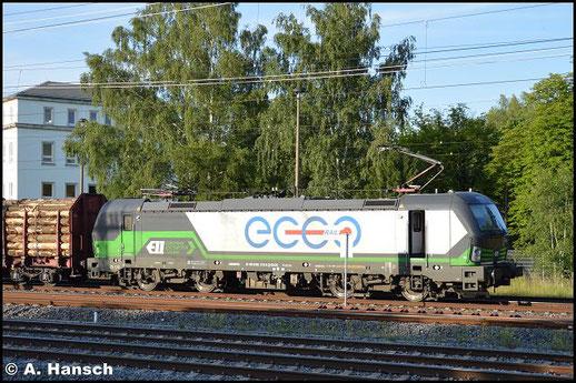 193 212-8 zieht am 1. Juli 2016 einen Holzzug aus Freiberg kommend am AW Chemnitz vorbei