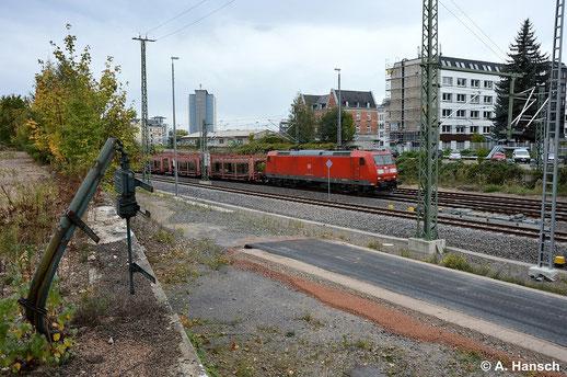 Das südliche Gleisvorfeld von Chemnitz Hbf. ist am 8. Oktober 2014 eine Mischung aus Altem und neu Entstehendem. Ständige Bauarbeiten verändern das Bild stetig. 185 055-1 rollt mit Autoleerzug gen Freiberg/Dresden