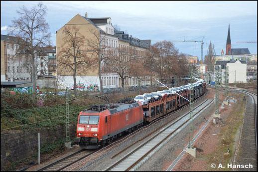185 146-8 durchstreift am 15. Dezember 2020 das Chemnitzer Stadtgebiet. Mit langem Autozug ist sie in Richtung Zwickau unterwegs
