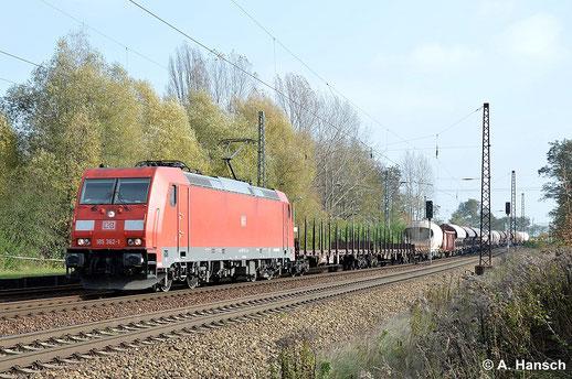 Der 29. Oktober 2014 zeigt sich als freundlicher Spätherbsttag in Leipzig-Thekla. 185 362-1 durchfährt den Bahnhof mit gemischtem Güterzug