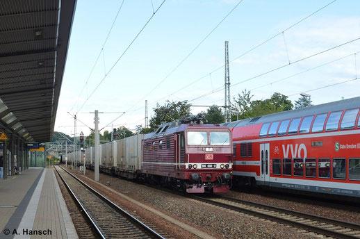 Am 16. August 2014 zieht 180 006-9 einen Containerzug durch den Bahnhof Pirna