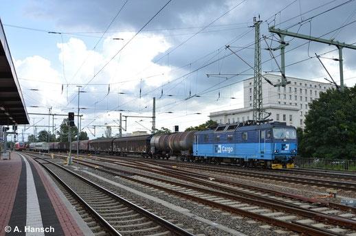 Am 16. August 2014 begegnet mir die Maschine in Dresden Hbf. wieder. Diesmal hat sie einen gemischten Güterzug am Haken
