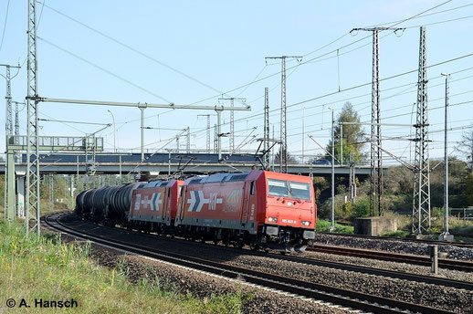 185 603-8 (HGK 2061) hat am 12. Oktober 2014 Vorspanndienst vor 185 588-1 (HGK 2056). Gemeinsam wuchten die Loks einen schweren Kesselwagenzug auf Luth. Wittenberg Hbf. zu. Gerade ist die Triftbrücke unterquert worden