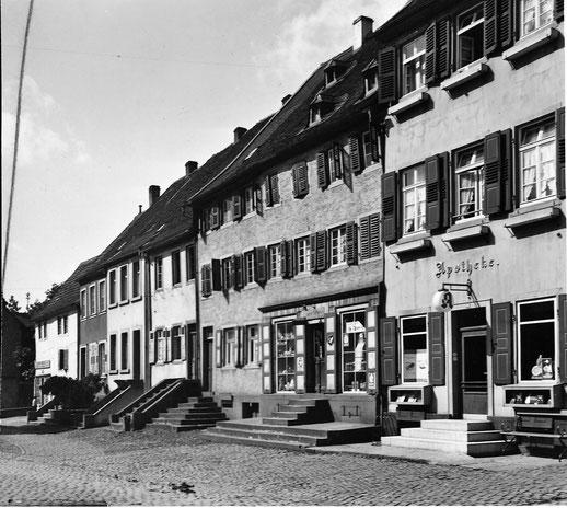1930.  Alte Apotheke mit ganzer Passage. Alle Gebäude stehen auf den Grundmauern der ehemaligen Klosterscheune.  Bild: Museum