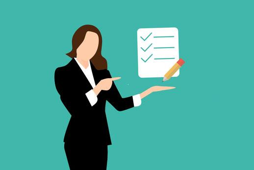 Frau mit einer Umfrage in der Hand