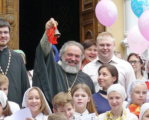 Последний звонок даёт настоятель собора св. благоверного князя Александра Невского протоиерей Адам (Дмитренко)
