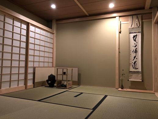 本格的京間4畳半茶室で出炉と裏千家特有の大炉が切ってあります