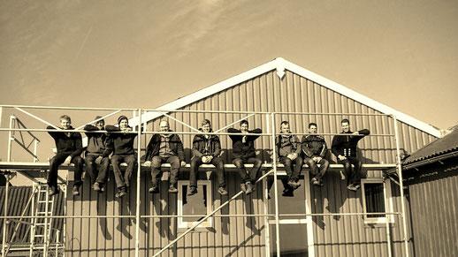 Das Team von Arnold Johannsen vor Haus Süderoog