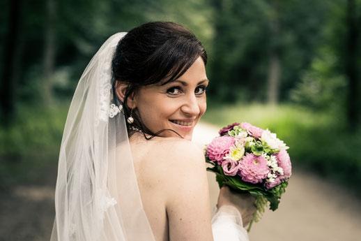 Braut schaut über die Schulter. Hochzeitsfotos im richtigen Moment. Münster.