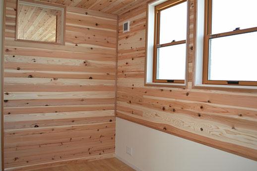 天井は少し節のある杉板で、照明はLED。