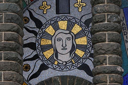 En médaillon, le visage de la Vierge