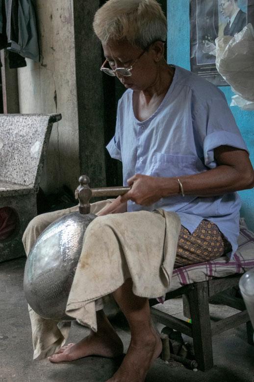 Dubenėlių gamyba - įprastas moterų darbas Banbatų bendruomenėje