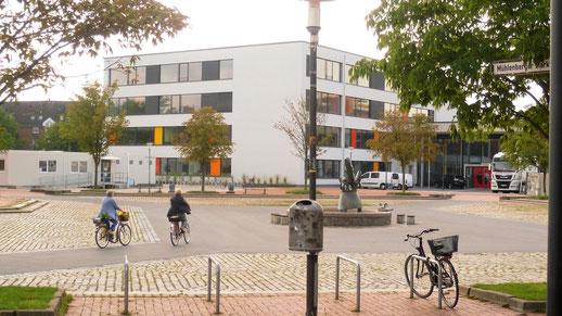 Bild: Marktplatz mit Brunnen Hannover / Mühlenberg im Hintergrund: IGS Mühlenberg Neubau