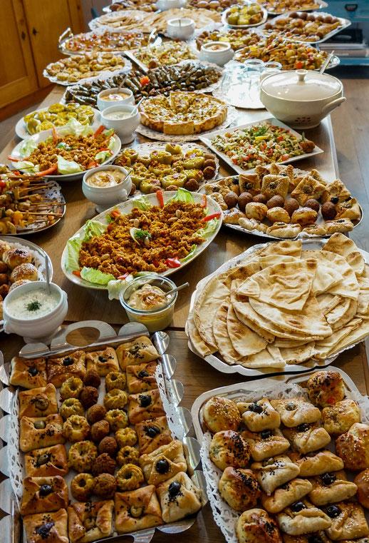 Grosses Buffet mit vielen marokkanischen Spezialitäten