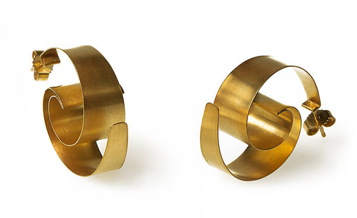 Die Ohrstecker ONDA aus glänzendem, goldplattiertem Silber faszinieren mit ihrem raffinierten Spiel der Perspektive. Ihre Grundform bildet eine dreidimensional ausgearbeitete Spirale, die sich verändert, je nachdem, wie Sie den Ohrschmuck betrachten.