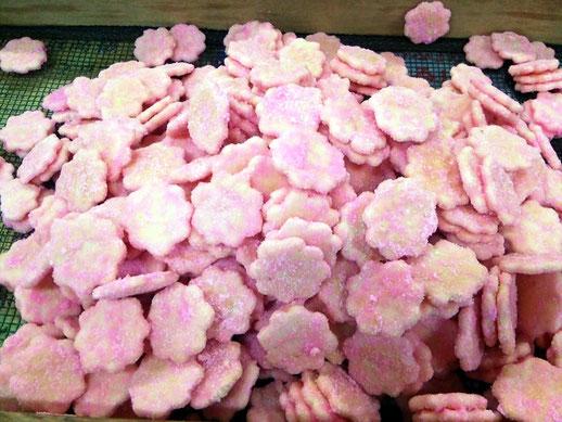 桃色砂糖の花型おせんべい。