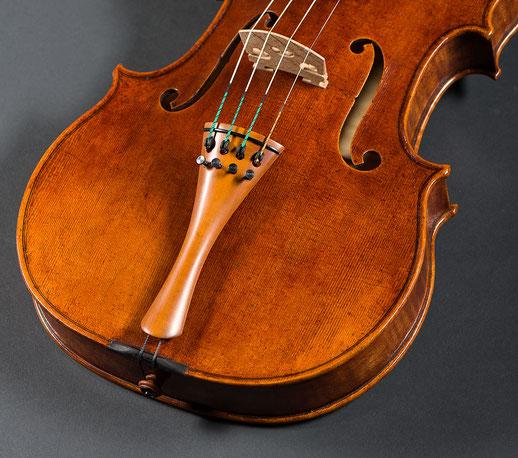 Bild: Ansicht einer Geigenschnecke auf der Werkbank