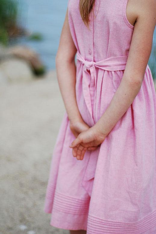 Kind Kleid Outfit Rosa Rücken