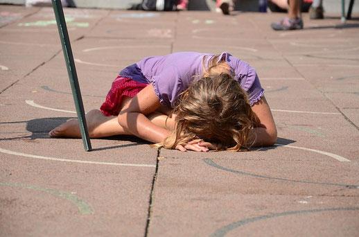 Frau am Boden, keine Energie mehr