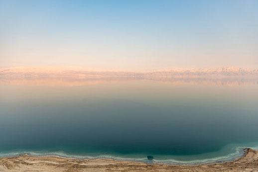 La mer est une vaste étendue d'eau salée entourée de terre et généralement en contact avec un océan. L'histoire du peuple de Dieu est liée à la mer rouge, à la mer morte et à la mer Méditerranée. La mer morte a une salinité de 300 g/l.