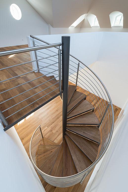 Architekturfotografie Kaisersruh: Wendeltreppe von oben, Foto: Dr. Klaus Schörner, Bauherr: Franko Neumetzler, Architekt: Studio Makarowski, Copyright 2018