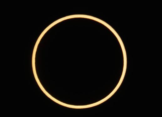 Der Mond zentral vor der Sonne um 8:07 Uhr Ortszeit