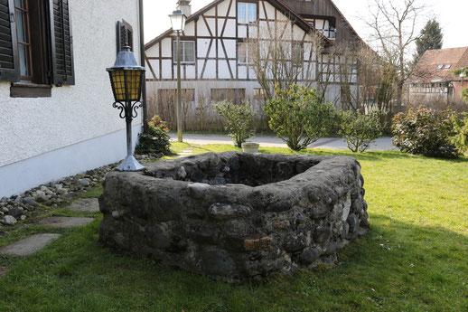 In Nussbaumen steht ein aufgemauerter Sodbrunnen im Garten des Hauses Im Moos 4