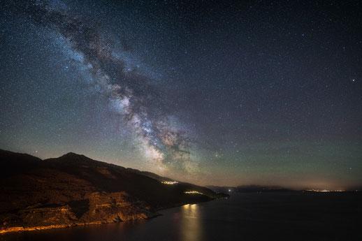 Milchstraße am Cap Corse bei Nonza. Panorama aus 4 Hochformataufnahmen zu je 3 Minuten Belichtung.