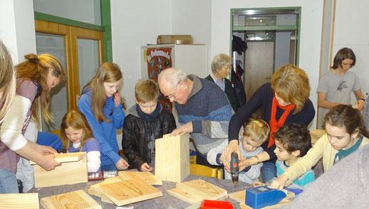 Kinder und Erwachsene fertigten Nistkästen.