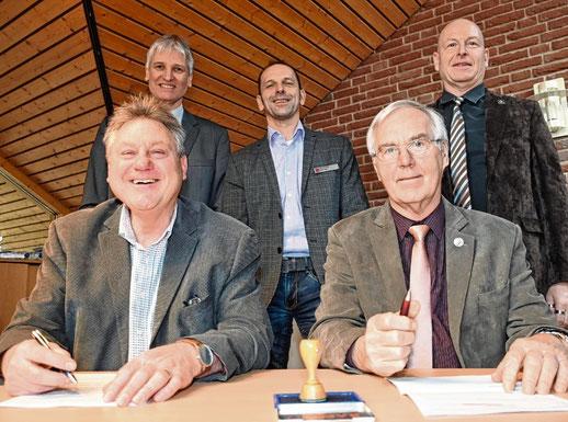 Im Beisein von (v.l.) Thomas Voß, Bauamtsleiter Bernd Tabel und Amtsdirektor Andreas Faust unterzeichneten Norbert Graf und Hans-Heinrich Barnick den Vertrag.