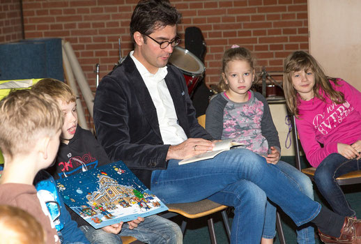 """Mark Helfrich begeisterte die Grundschüler mit dem """"Schlossgespenst""""."""