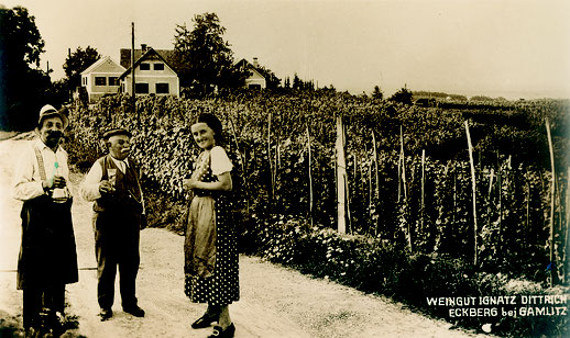 Ignaz sen. und Maria Dietrich mit Bekanntem in Hofeinfahrt ca 1920