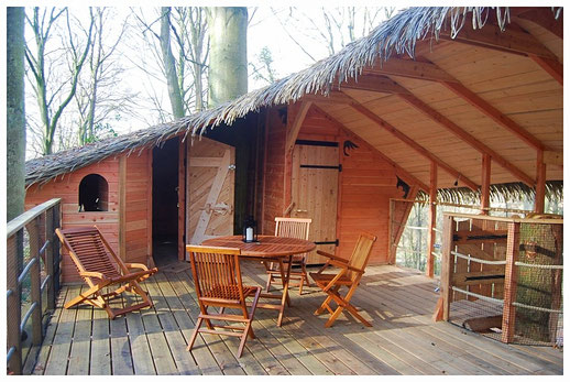 Grande terrasse semi-couverte et traversante de 30 m² cabane Les Six Frères La Chaussée Normandie