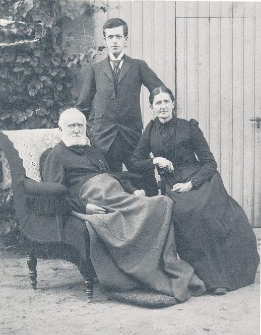Der junge Max mit seinen Eltern
