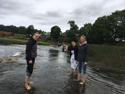Josephine Metasch, Schwester Hannah und Greta Hartmann im längsten Wasserfall Europas