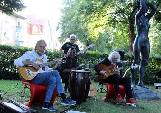 """Vorab gab es im Rahmen der Schenkung der Skulptur """"Diotima"""" an die Stadt Rottweil eine kurze Unplugged-Einlage mit Gitarrist Wolfgang Stute (rechts) als Gastmusiker."""