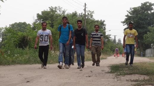 """(Bild: Sechs junge Maenner aus Afghanistan sind seit 4,5  Monaten zu Fuss unterwegs nach Deutschland. Ohne Hab und Gut. In Richtung """"gruene Grenze"""")"""