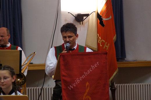 Alexander Kirchler, seit 2009 Obmann der Musikkapelle Weißenbach, beim Frühjahrskonzert