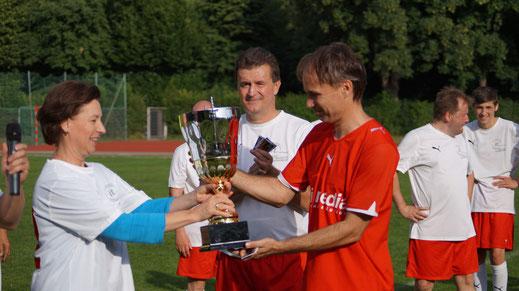 Frau Bundesministerin Heinisch-Hosek überreicht Kapitän Gerald Scharon vom Wissenschaftsteam - zum zweiten Mal nach 2014 - auch 2015 den Wanderpokal um die Fußball-Bildungsmeisterschaft!