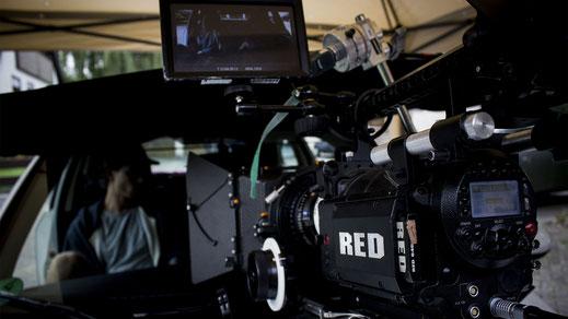 """Red Kamera auf einem Car Rig für die Autoszene bei den Dreharbeiten zu """"Einfach So"""""""